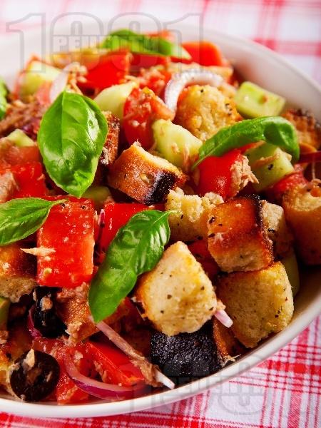 Панцанела - италианска салата с домати, краставици и крутони - снимка на рецептата